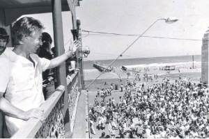 Don Dunstan waves from the Pier Hotel balcony to the big crowd waiting on Glenelg beach for the predicted tidal wave